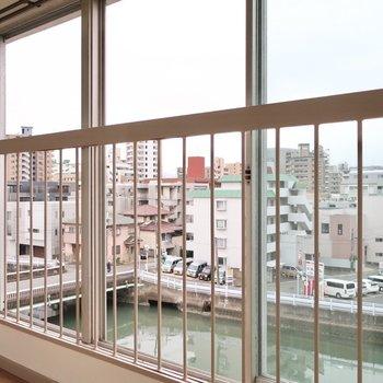 窓も大きいから晴れた日の日当たりが楽しみ♪(※写真は5階の反転間取り別部屋のものです)