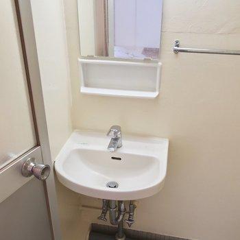 洗面は浴室と同一空間にあります(※写真は5階の反転間取り別部屋のものです)