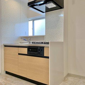 キッチン横に冷蔵庫が置けますね。