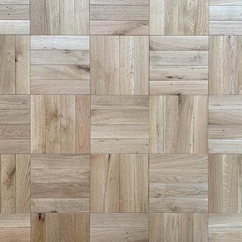 無垢床は正方形を組み合わせたようなデザインです。