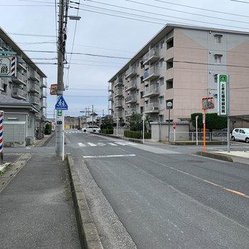 マンション周辺の道路も広めでした。