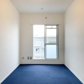 【洋室7.5帖】広い方の洋室です。窓側にテレビのアンテナがあります。