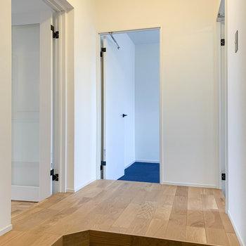 玄関側から。左にリビング、正面に7.5帖の洋室、右に4.3帖の洋室があります。