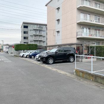 駐車場前の道路も広めで、駐車しやすそう。※空きはご確認ください
