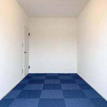 【洋室7.5帖】ベランダ側から。寝室に良さそうな広さです。