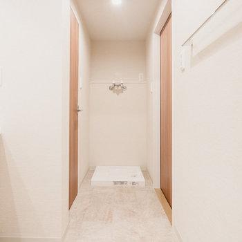 お風呂の反対側には洗濯機置き場。脱衣所に洗濯機置場があるのはやっぱり便利です。