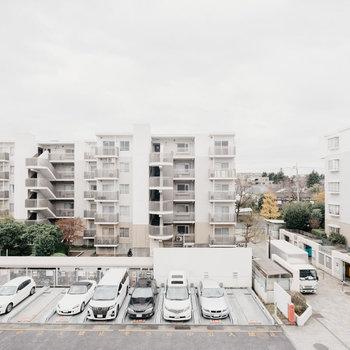 眺望は駐車場ですが、向かいのお部屋まで距離があるので視界が抜けているのは良いですね。