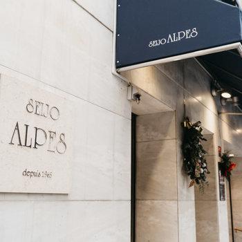 こちらは老舗の洋菓子屋さん「成城アルプス」。お気に入りのお店をたくさん見つけてください。