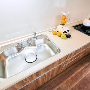 【DK】ガス3口のシステムキッチン!ホーローパネルで、汚れも落としやすく、マグネット収納もつけられます。※家具・調度品等はサンプルです