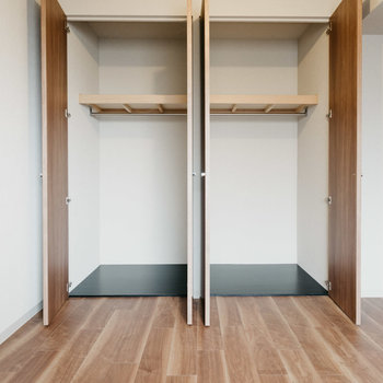【洋室(3)】こちらのお部屋にも、クローゼット2つ。収納たっぷりで良いですね!