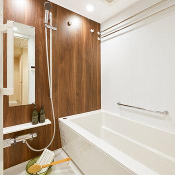 お風呂も新しくなっています。アクセントパネルで洗練されたイメージ。※家具・調度品等はサンプルです