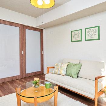 【洋室(1)】DKの隣のお部屋。引き戸を全部開けて、広いLDKのように使うこともできます。※家具・調度品等はサンプルです
