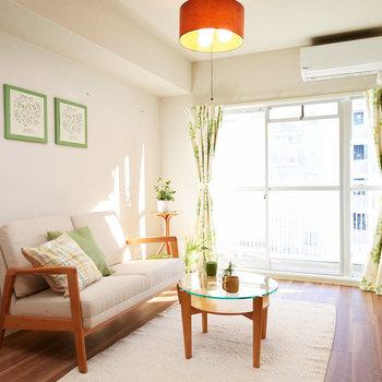【洋室(1)】窓が大きくて明るいです。※家具・調度品等はサンプルです
