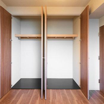 【洋室(2)】こちらのお部屋には、クローゼット2つあります。