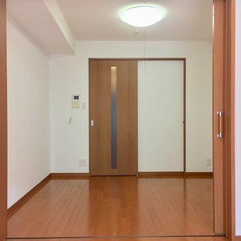 【D】今度は洋室からDKへ行ってみよう!※写真は3階の反転間取り別部屋のものです