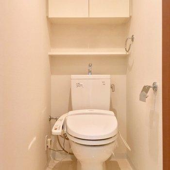 温水洗浄付きですよ。※写真は3階の反転間取り別部屋のものです