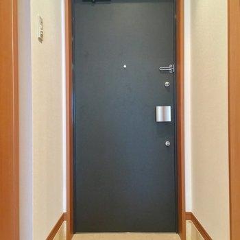 玄関は廊下の1番奥に※写真は3階の反転間取り別部屋のものです