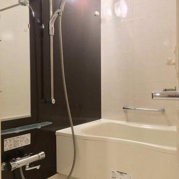 そしてコチラがバスルーム!追焚も浴室乾燥機も付いてます!※写真は3階の反転間取り別部屋のものです