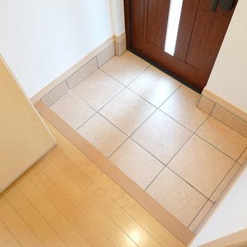 広くもないですが、狭くもない。 十分ゆったり使えそうな玄関です。(※写真は1階の同間取り別部屋のものです)