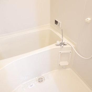 お風呂が真っ白で気持ち良さそう〜。 追い焚き付きが嬉しい。(※写真は1階の同間取り別部屋のものです)