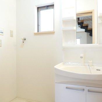 洗面台と洗濯機置き場はしっかり仲良しセットです。(※写真は1階の同間取り別部屋のものです)