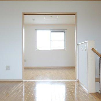 満を持して2階の登場です。 洋室が2つ、引き戸を介して繋がっています。(※写真は1階の同間取り別部屋のものです)
