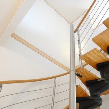 さて、階段を見上げて登っていくと…?(※写真は1階の同間取り別部屋のものです)