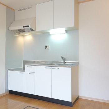 キッチンはシンプルに白! 冷蔵庫は右側のスペースに。(※写真は1階の同間取り別部屋のものです)