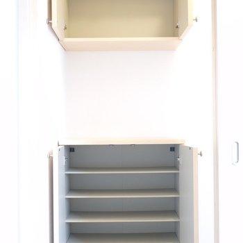 靴箱は上まで収納できて、複数人分でも入りそう。(※写真は1階の同間取り別部屋のものです)