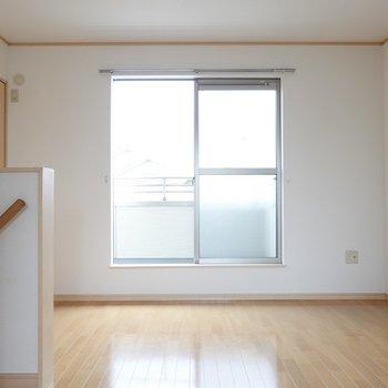 こちらは6.8帖の洋室。 階段奥左手がクローゼット。(※写真は1階の同間取り別部屋のものです)