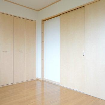 もう一室にも収納があります! 引き戸を閉めるとこんな感じに。(※写真は1階の同間取り別部屋のものです)