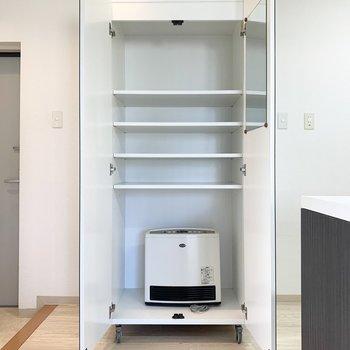 【LDK】鏡張りの可動式収納です。お好きな場所に設置できます。※写真の家電は残置物です