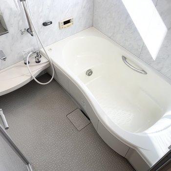 バスルームは優雅な気分に浸れそう。
