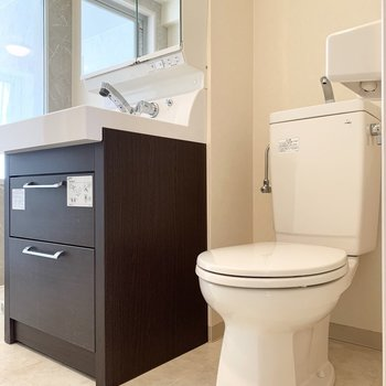 洗面脱衣所にトイレがあります。