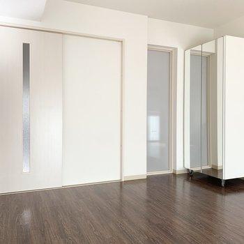 【洋室】こちらにも可動式の収納があります。