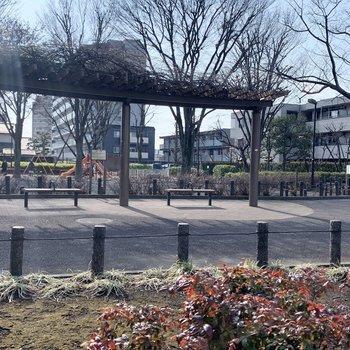 近くに児童公園があります