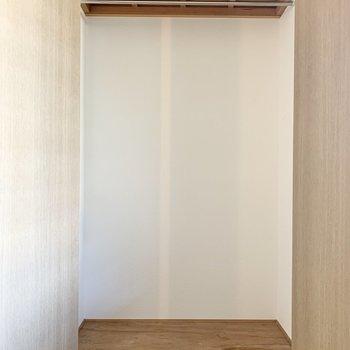 【洋室5.4帖】クリアボックスは3段ほど重ねられそうです