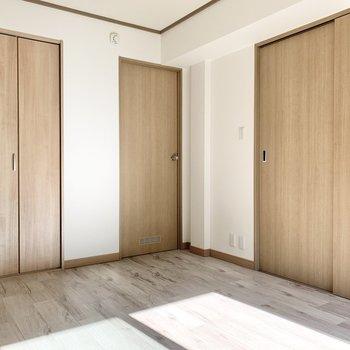 【洋室6.0帖】リビングへ続くドアは2つです