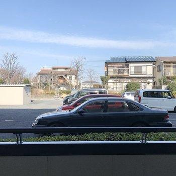 玄関側の洋室からは駐車場が見えます