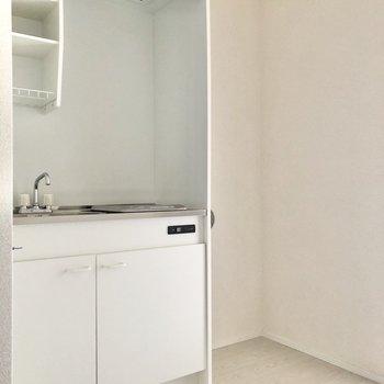 キッチンも清潔感のある白色です。※写真は2階の同間取り別部屋のものです