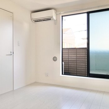 白が基調のお部屋です。※写真は2階の同間取り別部屋のものです