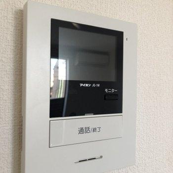 ドア横にはTVモニターフォン。急な来客にも落ち着いて対応できますね。※写真は2階の同間取り別部屋のものです
