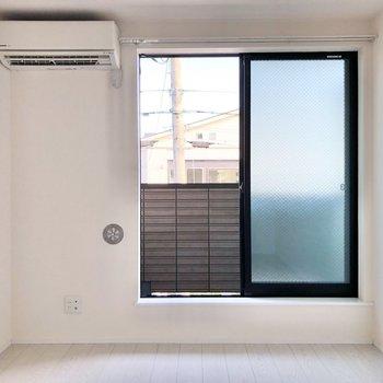 窓からの光が暖かいなあ。※写真は2階の同間取り別部屋のものです