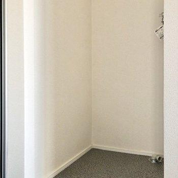 玄関横、奥まったところに洗濯機置き場がありました。※写真は2階の同間取り別部屋のものです