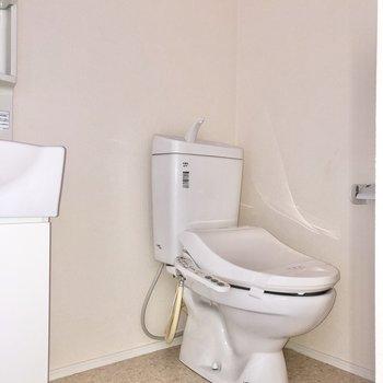 トイレは洗面台の横にあります。消臭対策をしておこう。※写真は2階の同間取り別部屋のものです
