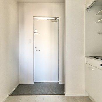 廊下に出ると広い空間!玄関横にシューズボックスも置けますね。※写真は2階の同間取り別部屋のものです