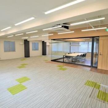広々としたお部屋。ガラスで囲まれた会議スペースあります◎
