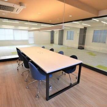 会議室内は床の素材がフローリングに