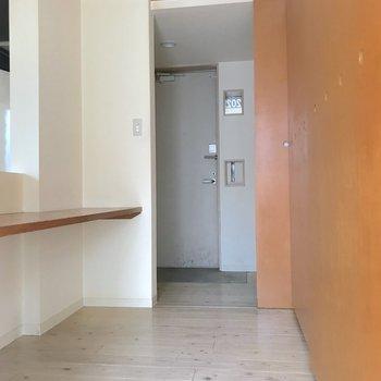 玄関からつながる廊下にはカウンターの他に収納、洗濯機置き場があります。