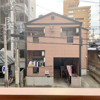 街中で2階のお部屋ですが圧迫感のない眺望です◎
